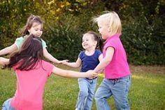 Kinder spielen Kreis