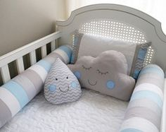 Protetor de Berço Nuvem e Gotinha Boy Decor, Baby Room Decor, Baby Bedroom, Baby Boy Rooms, Toddler Rooms, Toddler Bed, Baby Pillows, Baby Crafts, Crib Bedding