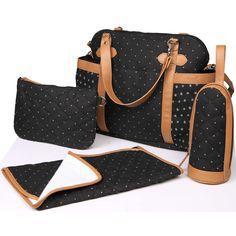 Le sac à langer Pretty noir de la marque Magic Stroller Bag est à la fois pratique et tendance. Sa grande capacité vous permet de ranger tout le nécessaire pour bébé. Fini le sac lourd sur l'épaule, il possède 2 anneaux qui vous permettent de l'accrocher à la poussette, et 2 mousquetons pour attacher les anses au landeau !