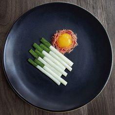 It's #amazing what you can do with #asparagus #yolk and #ham! Creation by @musketmatt, taken by @signebirck #art #foodart #creative #artistic #artist #cigarette #smoke #cool #gourmetartistry
