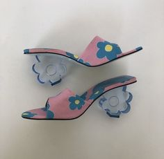 Vintage Ramon Tenza heels with flower print and block flower heel. A piece of art! Size Made in Spain. They look brand new, like they've never been worn! Dr Shoes, Sock Shoes, Me Too Shoes, Shoes Heels, Style Année 70, Looks Style, Looks Cool, 1940s Style, Pretty Shoes