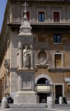Rom, Isola Tiberina, Stele mit dem hl. Bartholomäus vor dem Ospedale di Fatebenifratelli (stele with St. Bartholomew in front of the Fatebenifratelli Hospital) by HEN-Magonza, via Flickr