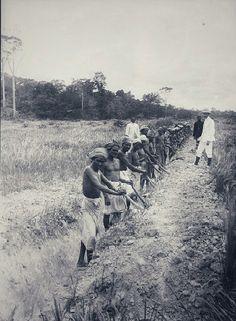 Graafwerkzaamheden op een onderneming in de omgeving van Tebingtinggi. 1910