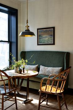 35 Inspiring Small Dining Room Design And Decor Ideas - Your dining room is a space for family meals therefore you are looking for it to have great interior design. But how can you make a small dining room . Coin Banquette, Dining Room Banquette, Banquette Seating, Dining Table, Nook Table, Dining Sets, Dining Room Inspiration, Interior Inspiration, Interior Ideas