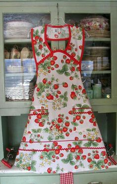 Such a pretty apron, this is what I'd wear to serve up my strawberry teas. Strawberry Kitchen, Strawberry Farm, Strawberry Patch, Retro Apron, Aprons Vintage, Homemade Aprons, Womens Institute, Strawberry Decorations, Strawberry Fields Forever