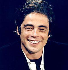 IL ressemble un peu trop à Brad Pitt sur cette photo mais c'est pas grave, il a cette beauté ténébreuse en plus...