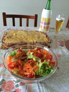 Lasanha de carne e salada