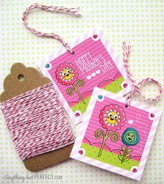 des étiquettes cadeau qui pourront aussi être utilisées comme petites cartes ou sur vos créations (pour y noter un journaling, y coller une ou deux photos supplémentaires...)... sur les trois versions, une seule mentionne la fête des Mères, les autres pourront donc être utilisées en toutes circonstances...