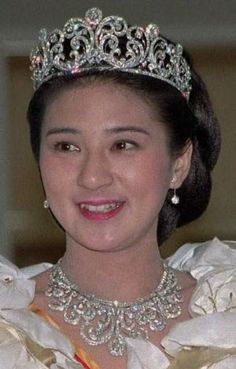 Japan's Diamond Scroll Tiara and matching necklace - 1959 - for the wedding of Crown Prince, now Emperor, Akihito and bride - worn here by Crown Princess Masako for her wedding to their son Crown Prince Noruhito Royal Crowns, Royal Tiaras, Tiaras And Crowns, Diamond Tiara, Royal Jewelry, Royal House, Kaiser, Hair Ornaments, Crown Jewels