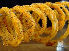Inele crocante de ceapa Finger Food Appetizers, Finger Foods, Appetizer Recipes, Romania Food, Good Food, Yummy Food, Onion Rings, What To Cook, Food And Drink