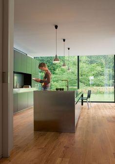 Quick-Step Laminate Flooring - Perspective 'Vintage oak natural varnished' (UL995) in a modern kitchen. To find more kitchen inspiration, visit our website: https://www.quick-step.co.uk/en-gb/room-types/choose-the-perfect-kitchen-flooring #cuisine #keuken