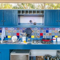 Dié vrolike kombuis van NAD Living in Witrivier sal enige iemand opkikker!  #Kitchen #beautifulkitchen #kitchendecor #blue #colourful #colourfultiles #inspiration Rook, Chen, Beautiful, Tower