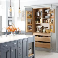 Kitchen trends 2019 – stunning and surprising kitchen design trends and ideas for the new year A place for everything and everything in it's place. Who wouldn't want to spend time in such a stunning (and organized) kitchen. New Kitchen, Kitchen Decor, Kitchen Ideas, Pantry Ideas, Vintage Kitchen, Messy Kitchen, Smart Kitchen, Awesome Kitchen, Bakers Kitchen