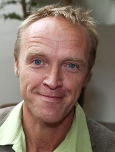 Stef Bos 12-07-1961 Nederlandse zanger en acteur, vooral bekend van zijn nummer Papa. In februari 2010 kreeg Stef Bos in Zuid-Afrika als eerste buitenlandse singer-songwriter een prijs voor zijn bijdrage aan de Afrikaanse taal en muziek in de afgelopen 15 jaar.  https://youtu.be/8wxVTIB6qE4