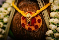 How to decorate Thali dollar - South Indian Mangalyam Designs 2019 - PRABHU G - internationally inspired South Indian Wedding Hairstyles, Indian Wedding Gowns, Indian Wedding Photos, Tamil Wedding, Indian Wedding Jewelry, Indian Jewelry, Bridal Jewelry, Indian Gowns, Gold Jewelry