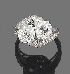 Bagues de fiançailles : Description A diamond crossover ring, circa 1930 Obliquely-set with two old brilliant-cut diamonds, to single-cut diamond scrolling shoulders, principal diamonds approx. 2.50ct. total