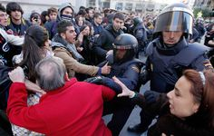 EFE - Un grupo de viandantes se enfrenta a los agentes antidisturbios.