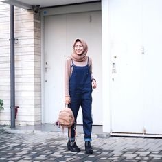 While looking for modest denim outfits, you don't only have to stick to denim jackets or jeans. Try something different by buying denim overalls and wear them Street Hijab Fashion, Muslim Fashion, Modest Fashion, Women's Fashion Dresses, Stylish Dresses, Casual Hijab Outfit, Hijab Chic, Casual Outfits, Ootd Hijab