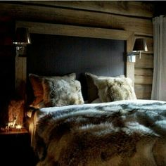 Is that a blackboard above the bed? In case of midnight inspiration/lessons? Chalet Design, House Design, Cabin Homes, Log Homes, Home Bedroom, Bedroom Decor, Bedrooms, Winter Bedroom, Chalet Chic