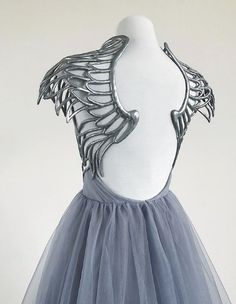 gorgeous gowns Absolutely in awe of this hand sculpted angel gown by Linda Friesen Pretty Outfits, Pretty Dresses, Beautiful Dresses, Angel Gowns, Angel Dress, Fantasy Gowns, Look Fashion, Fashion Design, Mode Outfits