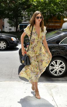 Miranda Kerr summer street style with floral print maxi dress. Estilo Miranda Kerr, Miranda Kerr Street Style, Looks Street Style, Street Style Summer, Fashion Moda, Womens Fashion, Fashion 2018, Summer Outfits, Summer Dresses