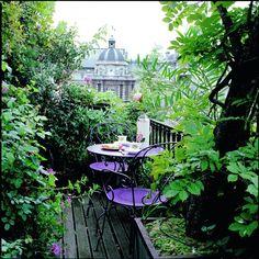 Eventyrligt uderum. De  romantiske havemøbler smelter  ind i den vildtvoksende terrasse.  Havemøbler fra House of Lawson.