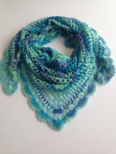 crochet shawl ~THE PATTERN IN THIS SHAWL IS JUST WONDERFUL!  I SURE WOULD LIKE TO TACKLE IT SOMEDAY~