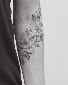 flower ink & placement Et un colibri derrière le bras #TattooDesignsArm