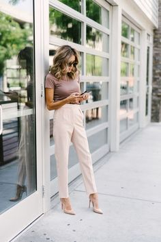 10 Summer Work Outfits You Can Wear Now If you're struggling to stay stylish in the heat, we have you covered. Click through for 10 perfect summer work outfits that will keep you comfortable and cool all season long. Looks Casual Chic, Looks Chic, Looks Style, Work Casual, Classy Chic, Casual Office Attire, Casual Work Outfit Summer, Smart Casual, Semi Casual Outfit Women