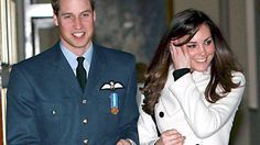 Kate Middleton begleitet am 11. April 2008 ihren Freund Prinz William zur Abschlussfeier seiner Pilotenausbildung © dpa Bildfunk