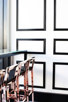 Black and White Walls with Rose Gold Bar Stools Decoration Inspiration, Interior Inspiration, Rose Gold Bar Stools, Copper Bar Stools, Copper Chairs, Style At Home, Black Molding, Moulding, Objet Deco Design