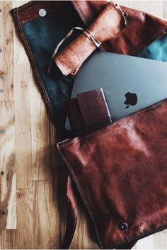 """Praktisch, stilvoll und von puristischer Eleganz zeigt sich die schöne Umhängetasche """"Max"""" aus echtem Ziegenleder. Ihre Schlichtheit im angesagten Vintage-Style macht sie zum perfekten Begleiter für die Arbeit oder Uni. Sowohl Dein Notebook 15 Zoll als auch Deine A4-Dokumente und Aktenordnern finden im geräumigen Hauptfach Platz. Gusti Leder - Umhängetasche Unitasche Vintage"""