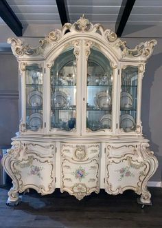 Silik vintage beige floral Italian Cabinet Vintage China Cabinets, Antique Cabinets, Vintage Cabinet, Beige Style, Vintage Italian, Sweet Home, Italy, The Originals, Antiques