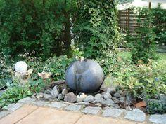 Getöpferte Gartenkugel (innen hohl) mit kleiner Pumpe als Gartenbrunnen  garden sphere ceramic