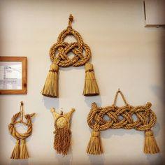 高千穂の注連縄 もっと見る Macrame Art, Macrame Knots, Japanese New Year, Diy And Crafts, Arts And Crafts, New Years Decorations, Passementerie, Japan Design, Weaving Art