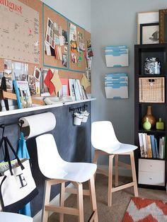 zusätzlichen stauraum schaffen weiße Plastikstühle mit Beinen aus hellem Holz