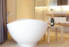 die Falkensteiner edelweiss Residencen am Katschberg, Rennweg/Österreich:  die Lavasca Mini Badewanne kombiniert mit der Pan freistehenden Armatur