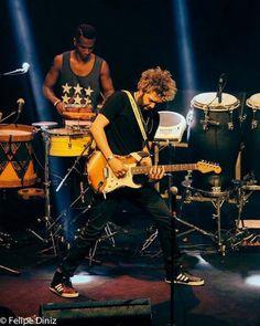 "Eu e meu brother Juninho Duvale no groove ""guitarra de atabaque"". CHAMAS!! 🔥🔥🔥 . 📷@ftdiniz . . . #caesarbarbosa #brazilianmusic #musiclife #goodvibes #guitarra #brazilianmusic #fender #onstage #music #percussion"