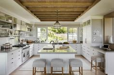 This beautiful five-bedroom, Martha's Vineyard home is a collaboration between interior designer Liz Stiving-Nichols with Hutker Architects. Beautiful Beach Houses, Cocinas Kitchen, Beach House Decor, Home Decor, Cuisines Design, Traditional House, Architecture, Decoration, Kitchen Remodel