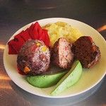 @FitSoFly Coach's Oats Meatballs: ground beef, #coachsoats, Worcestershite sauce. Red peppers, sweet potatoes, and avocado on the side. What a colorful, healthy, and yummy lunch!