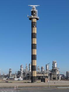 vuurtoren Maasvlakte, ontworpen door W. Colenbrander en gebouwd in 1974. Het licht werd gedoofd op 8 oktober 2008, nu staat er een radioinstallatie op, voor de scheepvaart.
