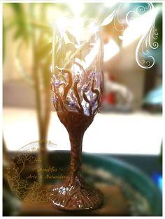 Grial madero Autor: Amelifes Copa vidrio tipo flauta, aplicaciones en cerámica bañadas en acrílicos y resina.