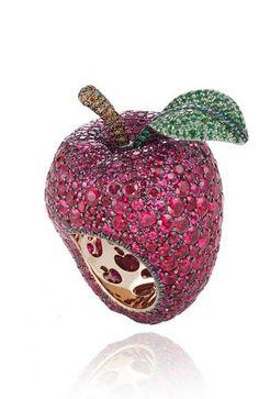 Una manzana en forma de anillo compuesta por cientos de pequeños rubíes, esmeraldas y diamantes marrones sobre una superficie de oro es la pieza de Chopard seleccionada para Blancanieves