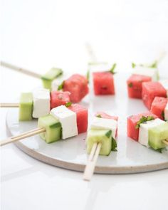 fine and with a mouth in the mouth: These ingenious food pop recipes make you a party . Cucumber and feta watermelon sticks.Cucumber and feta watermelon sticks. Skewer Appetizers, Skewer Recipes, Cold Appetizers, Appetisers, Appetizers For Party, Appetizer Recipes, Party Recipes, Simple Appetizers, Light Summer Appetizers