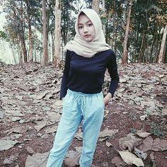 Suci Andini Hijab Smile From Bogor - Angel Hijaber Modern Hijab Fashion, Big Fashion, Womens Fashion, Video Hijab, Baggy Clothes, Turkish Fashion, Girl Hijab, Hijab Chic, Beautiful Hijab