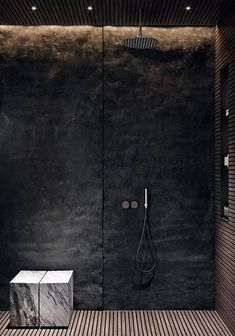 Edgy Bathroom // Black stone shower wall with integrated lighting, slatted wood floor, marble seat ACQuiRE underSTANDiND DiAiSM ArTriBuTE Bad Inspiration, Bathroom Inspiration, Interior Inspiration, Modern Bathroom Design, Bathroom Interior, Bathroom Trends, Bathroom Ideas, Apartment Interior, Marble Interior