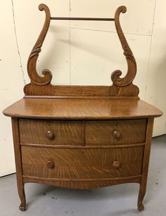 Pulaski Furniture, Rustic Furniture, Cool Furniture, Antiques For Sale, Selling Antiques, Antique Wash Stand, Drawer Table, Mission Oak, Art Deco Home