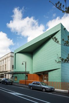 Green aluminium shingles cover the facade of this contemporary art gallery in Auckland, New Zealand by Mitchell and Stout Metal Facade, Brick Facade, Facade Architecture, Contemporary Architecture, Contemporary Art, Auckland Art Gallery, Art Deco Home, Building Facade, Built Environment