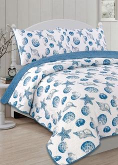 The Panama Jack Seashells quilt set features an allover sea shell design that creates a tranquil atmosphere. This quilt set is reversible and includes one quilt and two pillow shams. Easy Home Decor, Home Decor Trends, Cheap Home Decor, Bedroom Themes, Bedroom Sets, Bedroom Decor, Bedding Decor, 70s Bedroom, Bedrooms