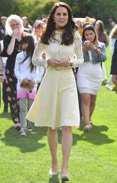 Bugün Buckingham Sarayı'nda, Cambridge Dükü ve Prens Harry'nin silahlı kuvvetlere hizmet etmiş askerlerin çocuklarını onurlandırmak için düzenlediği bir çay partisi yapıldı. Saray'ın bahçesinde düzenlenen partiye elbette Düşesimiz Kate Middleton da katıldı. Parti için...   http://havari.co/see-by-chloe-krem-elbise/